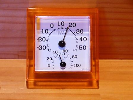玄関ホールの温湿度計