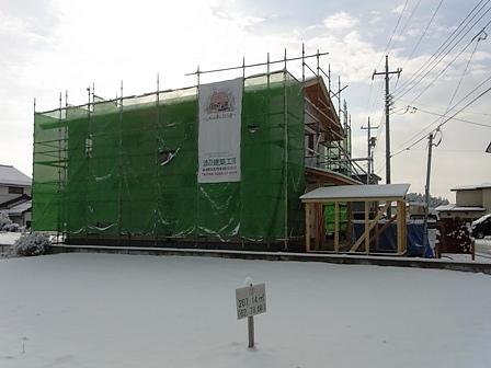 雪の新築現場