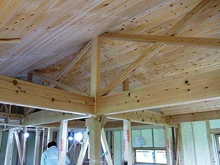 天井のパインムク板貼り