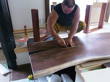 テーブルの脚の組み立て作業
