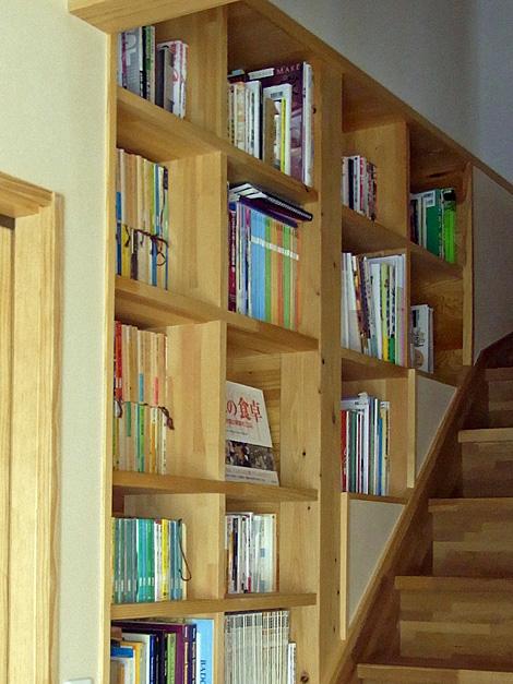 階段室の本棚