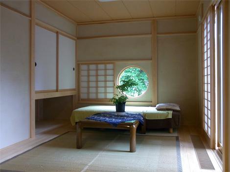 丸い窓の和室