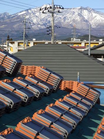 屋根瓦の搬入