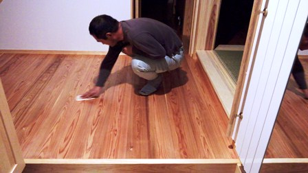 無垢の床にオイル塗装仕上げ