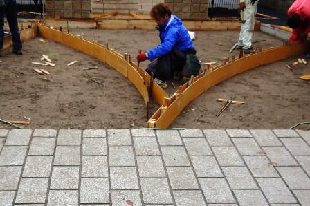 コンクリーチの床を曲線で仕切る
