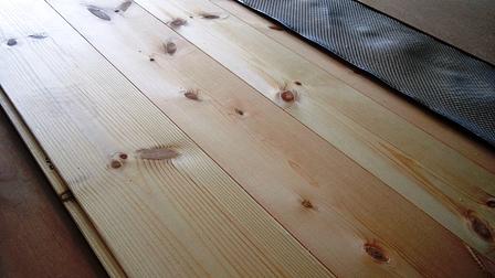 パインの床材