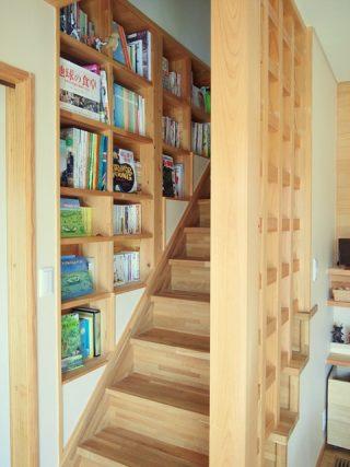 階段わき 本棚